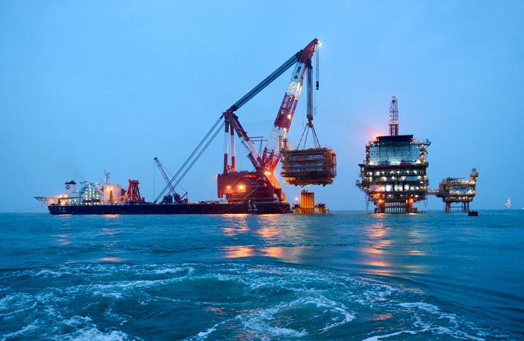 近日,有世界第一单吊美誉的蓝鲸号起重船在渤海油田成功将我国最大的海洋石油井口平台组块吊装就位。 近日,有世界第一单吊美誉的蓝鲸号起重船在渤海油田成功将我国最大的海洋石油井口平台组块吊装就位,工程装备进一步助力我国海洋资源勘探开采。 此次渤海湾吊装的海洋石油井口平台组块长53.